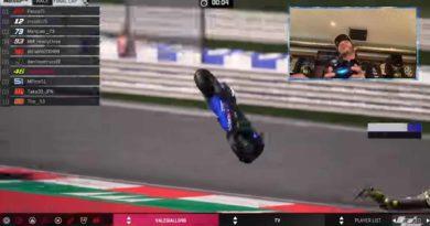 """ช็อตสุดฮา ของ""""รอสซี่""""กับการจับจอยแข่งMotoGP Virtual Race ครั้งแรก"""